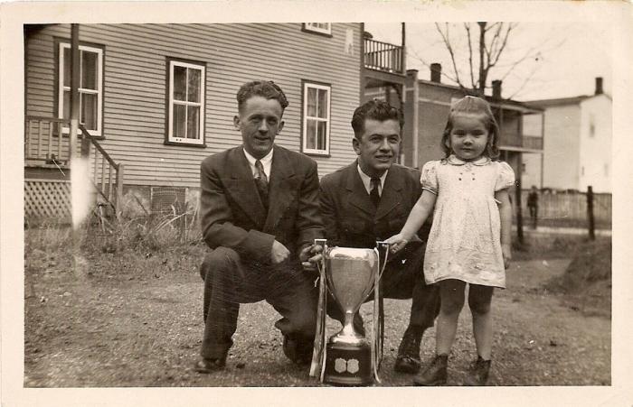 Son frère Dorilas, sa fille Carmen et le fameux trophée